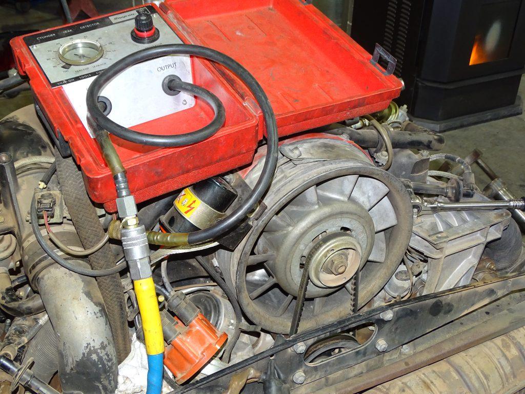 Usando un probador de fugas en el motor