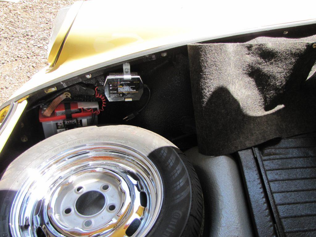 Porsche 911 mostrando una batería tierna instalada.  almacenar su coche clásico