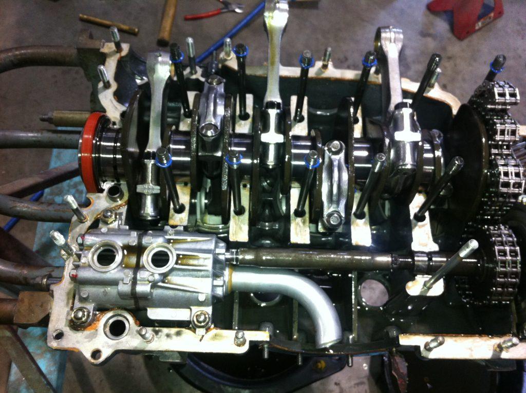 911 Mitad del motor que muestra la bomba de aceite y el cigüeñal instalados.  reemplazo de piezas