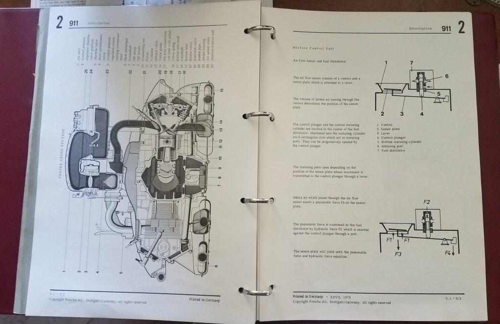 Mecánico de diagnóstico revisando el manual del taller.