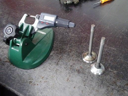 Usando un micrómetro para medir sus válvulas de admisión y escape.