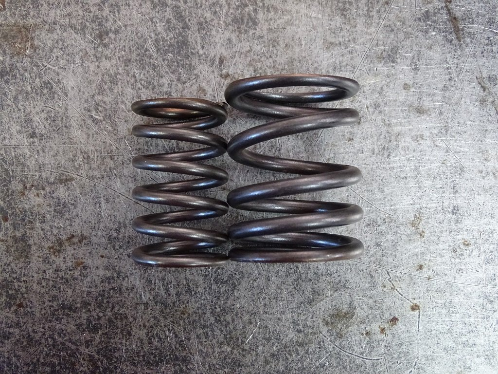 An inner and outer spring make up a 911 valve spring assembly