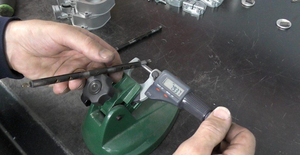 Medición de los ejes del acelerador después de la limpieza